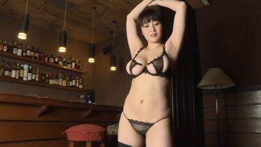Sexy of Japanese gravure idol Shiori Konno wearing a black bikini