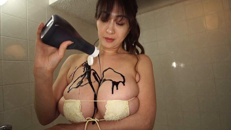 Sexy pics of Japanese gravure idol Yuka Sawachi painting her boobs with chocolate