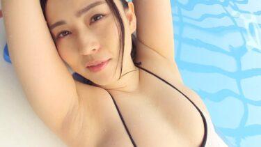 Porn pics of Japanese gravure idol Shiori Usui wearing a swimsuit